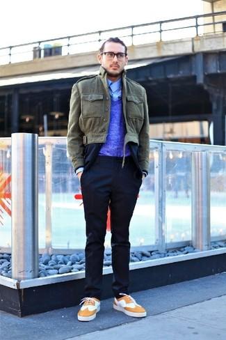 Intenta combinar un jersey de pico azul con una chaqueta con cuello y botones verde oliva para cualquier sorpresa que haya en el día. Zapatos brogue de cuero marrón claro son una opción inigualable para completar este atuendo.