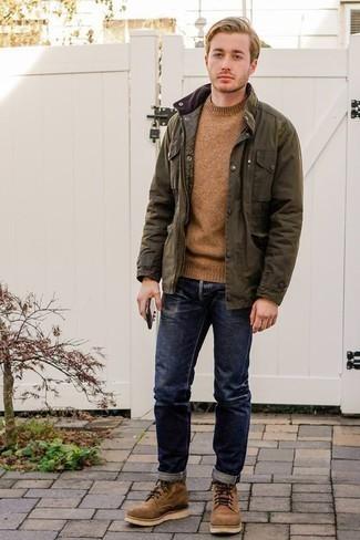 Cómo combinar un jersey con cuello circular marrón claro: Utiliza un jersey con cuello circular marrón claro y unos vaqueros azul marino para lidiar sin esfuerzo con lo que sea que te traiga el día. Con el calzado, sé más clásico y elige un par de botas casual de ante marrón claro.