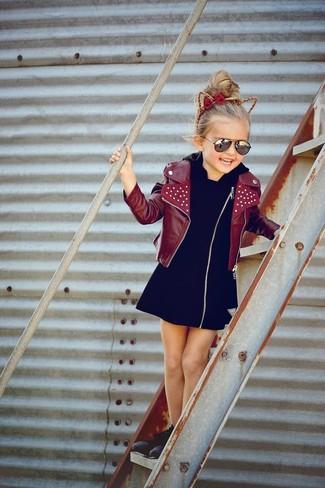 Cómo combinar: chaqueta de cuero burdeos, vestido negro, zapatillas negras