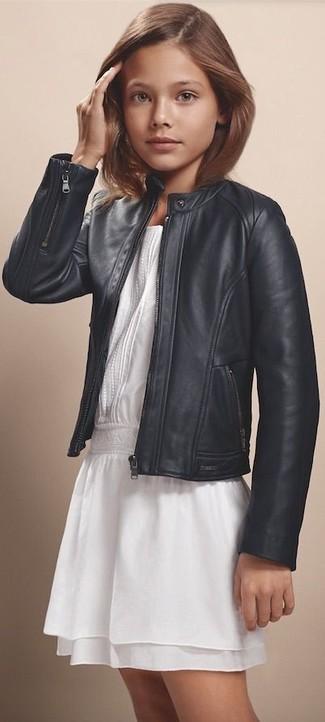 Cómo combinar: chaqueta de cuero negra, vestido de gasa blanco