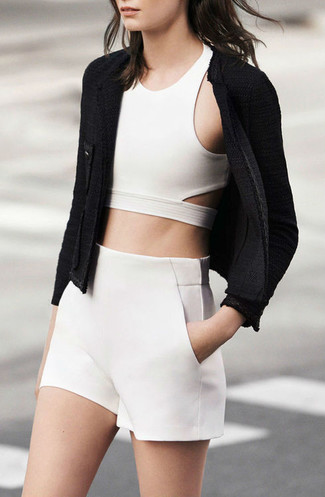 La versatilidad de una chaqueta de lana rizada negra y unos pantalones cortos los hace prendas en las que vale la pena invertir.