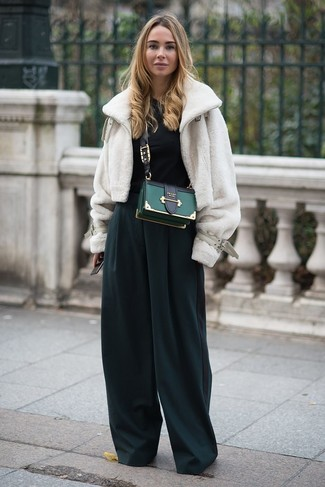 Cómo combinar: chaqueta de piel blanca, mono verde oscuro, bolso bandolera de cuero verde oscuro