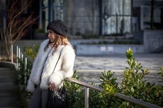 Cómo combinar: chaqueta de piel blanca, vaqueros grises, bolso bandolera de cuero сon flecos negro, gorro de punto negro