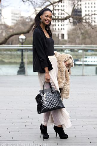 Cómo combinar: chaqueta de piel en beige, blazer negro, camiseta con cuello circular negra, falda larga de gasa plisada blanca