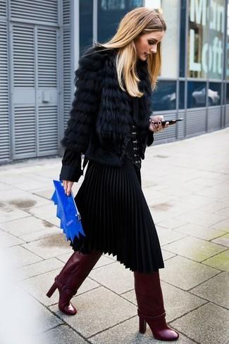 Look de Olivia Palermo: Chaqueta de piel negra, Blusa de botones negra, Falda midi plisada negra, Botas de caña alta de cuero burdeos