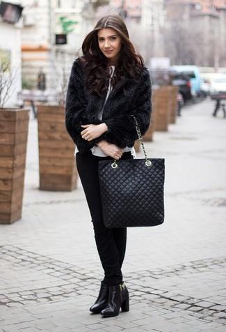Cómo combinar una bolsa tote de cuero acolchada negra: Opta por una chaqueta de piel negra y una bolsa tote de cuero acolchada negra para un look agradable de fin de semana. Botines de cuero negros son una opción incomparable para completar este atuendo.