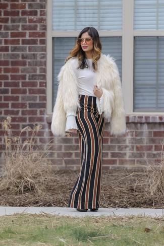 Cómo combinar: chaqueta de piel blanca, blusa de manga larga con volante blanca, falda larga de rayas verticales en multicolor, zapatos de tacón de cuero negros