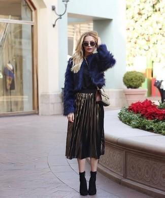 Cómo combinar: chaqueta de piel azul marino, blusa de manga larga negra, falda midi plisada dorada, botines de elástico negros
