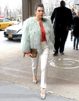 Cómo combinar: chaqueta de piel gris, blusa de manga larga estampada roja, pantalones pitillo blancos, zapatos de tacón de cuero con print de serpiente grises