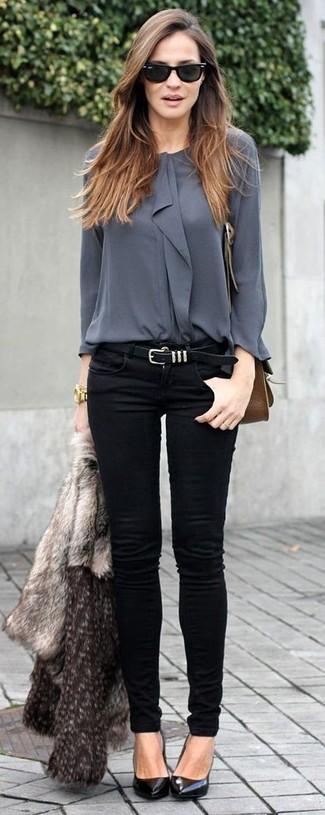 Una chaqueta de piel gris y unos vaqueros pitillo negros son prendas que debes tener en tu armario. Complementa tu atuendo con zapatos de tacón de cuero negros.