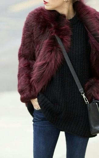 Cómo combinar unos vaqueros pitillo azul marino: Elige una chaqueta de piel burdeos y unos vaqueros pitillo azul marino para una apariencia fácil de vestir para todos los días.