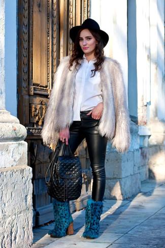 Cómo combinar: chaqueta de piel gris, camisa de vestir blanca, pantalones pitillo de cuero negros, botines de pelo azules
