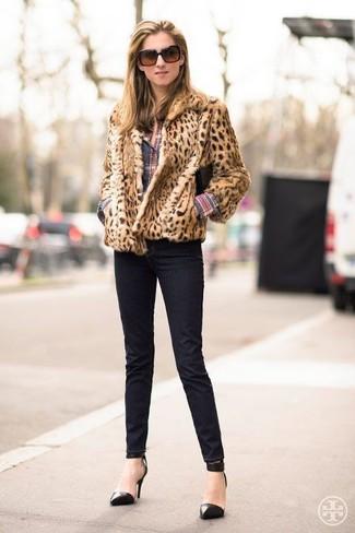 Cómo combinar: chaqueta de piel de leopardo marrón claro, camisa de vestir de tartán en multicolor, vaqueros pitillo negros, zapatos de tacón de cuero negros