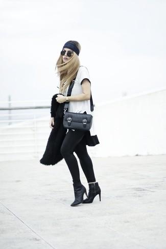 Casa una chaqueta de piel negra con una cinta para la cabeza para que te veas verdaderamente magnífica. Botines de cuero negros son una opción muy buena para complementar tu atuendo.