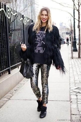 Cómo combinar: chaqueta de piel negra, camiseta con cuello circular estampada en negro y blanco, pantalones pitillo de lentejuelas plateados, zapatillas altas negras