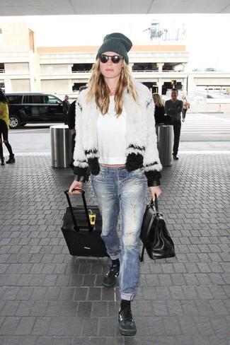 Cómo combinar: chaqueta de piel en blanco y negro, camiseta de manga larga blanca, vaqueros desgastados azules, tenis de cuero negros
