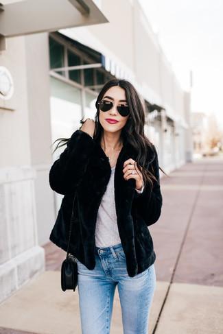 Cómo combinar: chaqueta de piel negra, camiseta de manga larga gris, vaqueros pitillo celestes, bolso bandolera de cuero acolchado negro