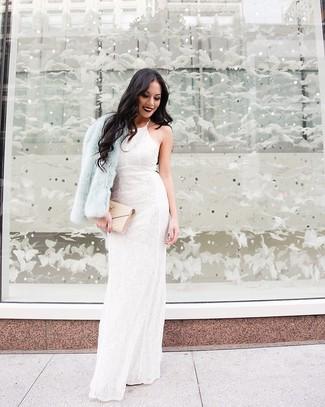 Utiliza una chaqueta de piel celeste y un vestido de noche de encaje con print de flores blanco para que te veas verdaderamente magnífica.