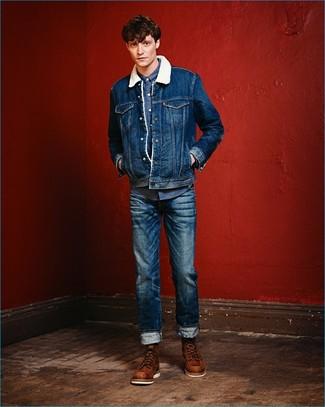 Cómo combinar: chaqueta de piel de oveja vaquera azul, camisa vaquera azul, vaqueros azules, botas de trabajo de cuero marrónes