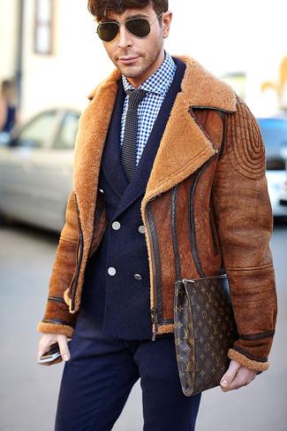 Cómo combinar: chaqueta de piel de oveja en tabaco, blazer cruzado de lana azul marino, camisa de vestir de cuadro vichy en azul marino y blanco, pantalón de vestir azul marino