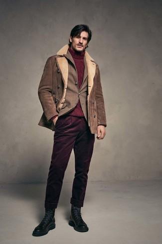 Cómo combinar: chaqueta de piel de oveja marrón, blazer de tartán marrón, jersey de cuello alto de punto burdeos, pantalón chino de pana burdeos