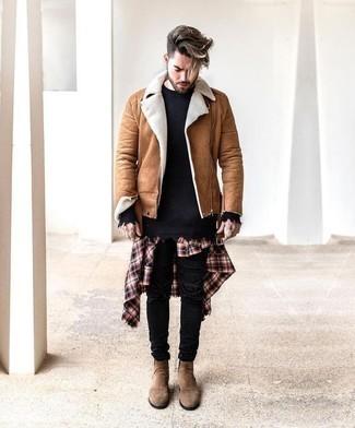 Cómo combinar una chaqueta de piel de oveja marrón claro: Emparejar una chaqueta de piel de oveja marrón claro junto a unos vaqueros pitillo desgastados negros es una opción muy buena para el fin de semana. Con el calzado, sé más clásico y opta por un par de botines chelsea de ante marrón claro.