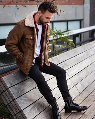 Cómo combinar: chaqueta de piel de oveja marrón, camisa de manga larga de franela a cuadros en rojo y negro, camiseta con cuello circular blanca, vaqueros pitillo negros