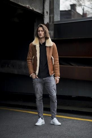 Cómo combinar: chaqueta de piel de oveja marrón, camisa de manga larga negra, vaqueros desgastados grises, tenis de cuero blancos