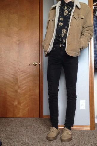 Cómo combinar: chaqueta de piel de oveja marrón claro, camisa de manga larga con print de flores negra, vaqueros pitillo negros, tenis en beige