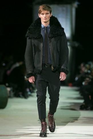 Cómo combinar: chaqueta de piel de oveja negra, camisa vaquera azul marino, pantalón de vestir negro, botas casual de cuero en marrón oscuro