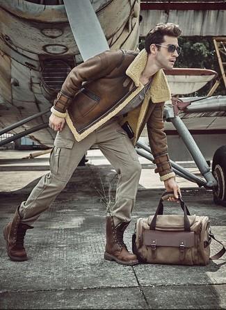 Cómo combinar un pantalón cargo gris: Ponte una chaqueta de piel de oveja marrón y un pantalón cargo gris para una apariencia fácil de vestir para todos los días. ¿Te sientes valiente? Usa un par de botas casual de cuero marrónes.