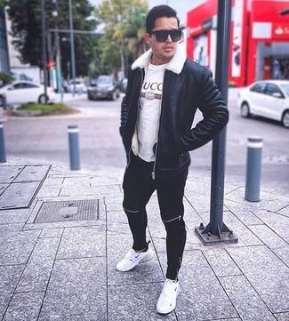 Una chaqueta de piel de oveja negra y un pantalón de chándal negro de hombres de Givenchy son prendas que debes tener en tu armario. Para darle un toque relax a tu outfit utiliza deportivas blancas.