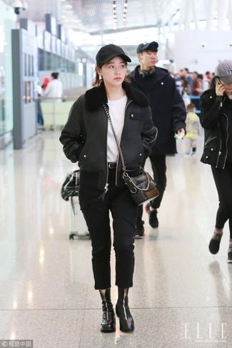 Cómo combinar: chaqueta de piel de oveja negra, camiseta con cuello circular blanca, vaqueros negros, botines de cuero negros