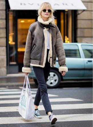 Cómo combinar: chaqueta de piel de oveja marrón, camiseta con cuello circular blanca, vaqueros negros, tenis de lona en negro y blanco