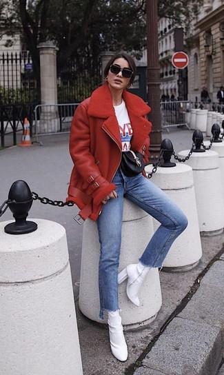 Cómo combinar: chaqueta de piel de oveja roja, camiseta con cuello circular estampada en blanco y rojo, vaqueros azules, botines de elástico blancos