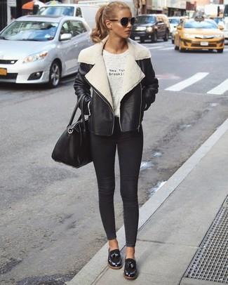 Cómo combinar: chaqueta de piel de oveja en negro y blanco, camiseta con cuello circular estampada gris, vaqueros pitillo negros, mocasín de cuero negros