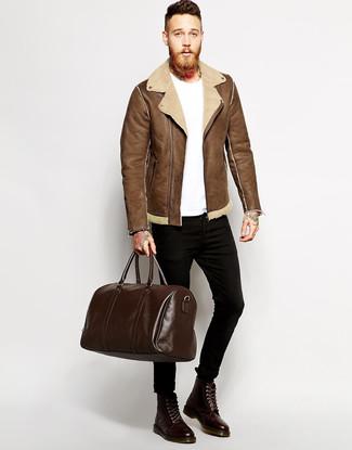 Cómo combinar: chaqueta de piel de oveja marrón, camiseta con cuello circular blanca, vaqueros pitillo negros, botas casual de cuero en marrón oscuro