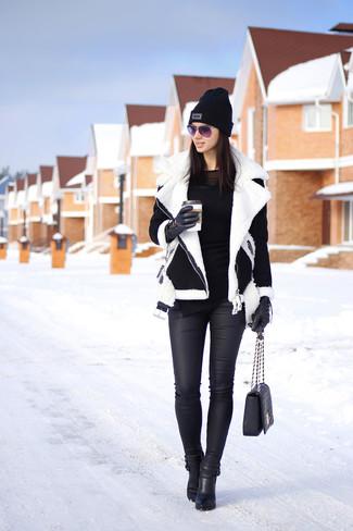 Look de moda: Chaqueta de Piel de Oveja en Negro y Blanco, Camiseta de Manga Larga Negra, Vaqueros Pitillo de Cuero Negros, Botines de Cuero Negros