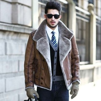 Cómo combinar: chaqueta de piel de oveja marrón, cárdigan negro, camisa de vestir blanca, vaqueros pitillo negros
