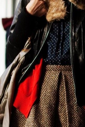Cómo combinar: chaqueta de piel de oveja en marrón oscuro, cárdigan rojo, camisa de vestir a lunares azul marino, falda skater de lana de espiguilla marrón