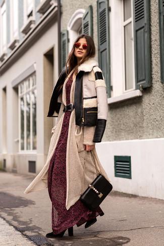 Cómo combinar: chaqueta de piel de oveja en negro y blanco, cárdigan largo en beige, vestido largo de gasa con print de flores rojo, botas a media pierna de ante negras