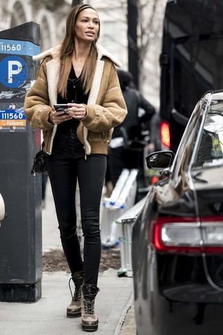 Cómo combinar: chaqueta de piel de oveja marrón claro, cárdigan negro, pantalones pitillo de cuero negros, botas planas con cordones de cuero marrón claro