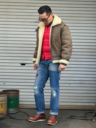 Cómo combinar: chaqueta de piel de oveja marrón, chaleco de abrigo acolchado rojo, jersey de cuello alto negro, vaqueros desgastados azules