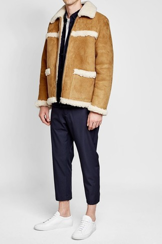 Cómo combinar: chaqueta de piel de oveja marrón claro, chaqueta vaquera negra, camiseta con cuello circular blanca, pantalón de vestir negro