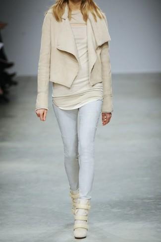 Cómo combinar: chaqueta de piel de oveja en beige, blusa sin mangas en beige, vaqueros pitillo celestes, zapatillas con cuña de ante en beige