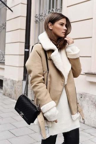 Cómo combinar: chaqueta de piel de oveja en beige, jersey de cuello alto de mohair de punto blanco, vaqueros pitillo negros, bolso bandolera de cuero acolchado negro