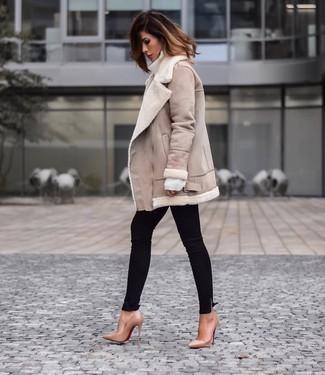 Cómo combinar una chaqueta de piel de oveja en beige: Usa una chaqueta de piel de oveja en beige y unos vaqueros pitillo negros para conseguir una apariencia relajada pero chic. Zapatos de tacón de cuero marrón claro son una opción buena para complementar tu atuendo.