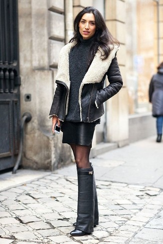 Cómo combinar: chaqueta de piel de oveja en negro y blanco, jersey de cuello alto en gris oscuro, minifalda de cuero negra, botas de caña alta de cuero negras
