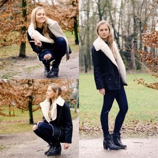Cómo combinar: chaqueta de piel de oveja en negro y blanco, vaqueros pitillo desgastados azul marino, botines con cordones de cuero negros