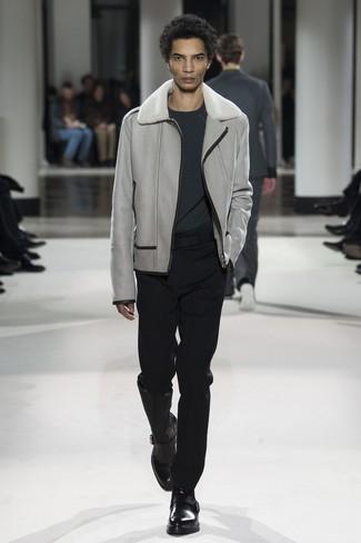 Accede a un refinado y elegante estilo con un jersey con cuello circular en gris oscuro de Anvil y un pantalón de vestir negro. Botines chelsea de cuero negros son una sencilla forma de complementar tu atuendo.
